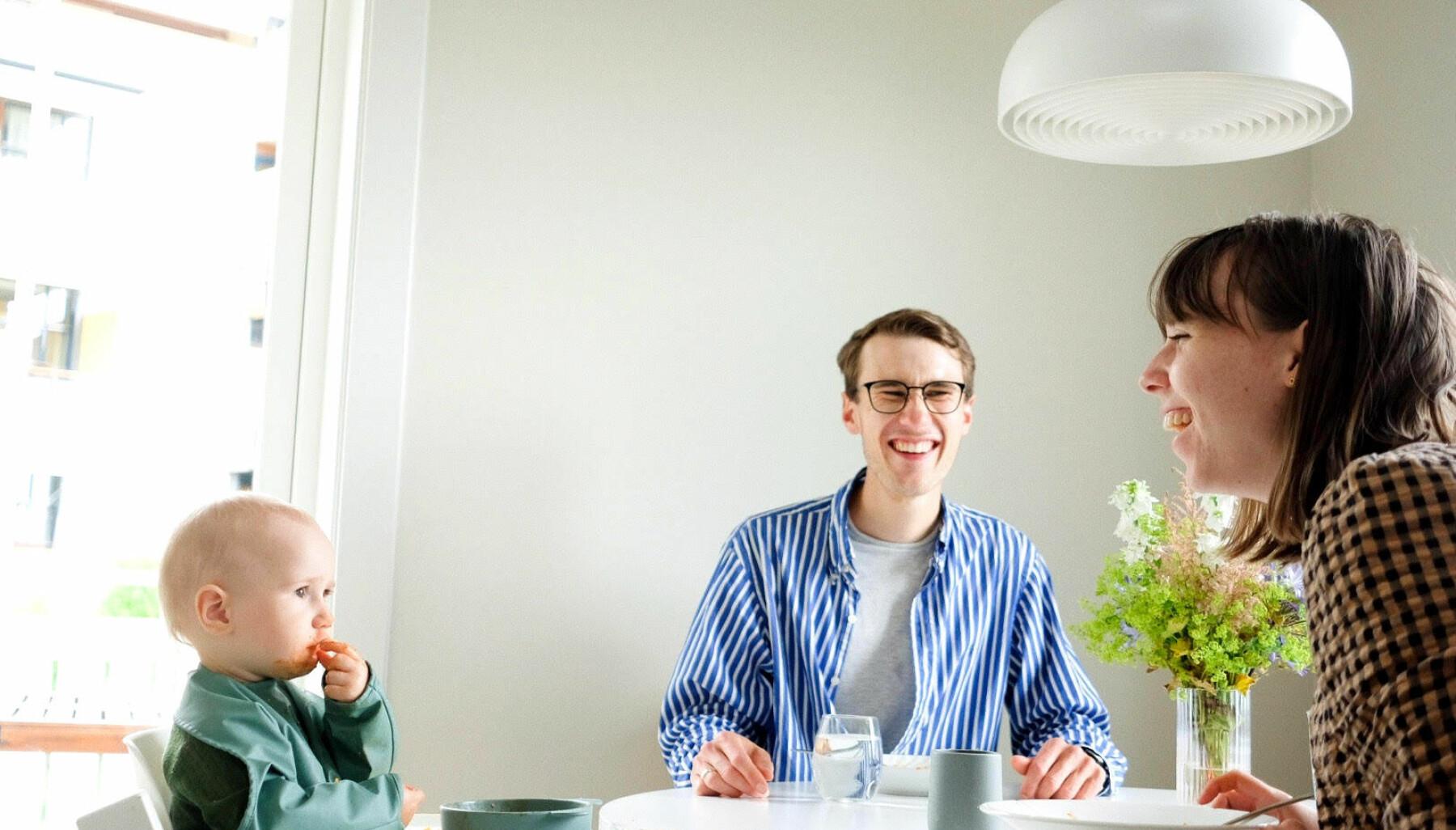 Ved bordet: Elio, Kristian og Evelyn. – Vi ler av at Elio har kommet til punktet i måltidet der han helst deler maten sin med oss og gulvet. Blomstene fra visninga har begynt å visne i bakgrunnen.