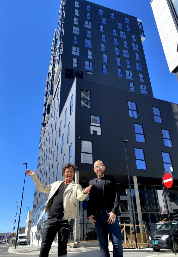 Petter Stordalen foran Comfort Hotel Bodø før åpningen.