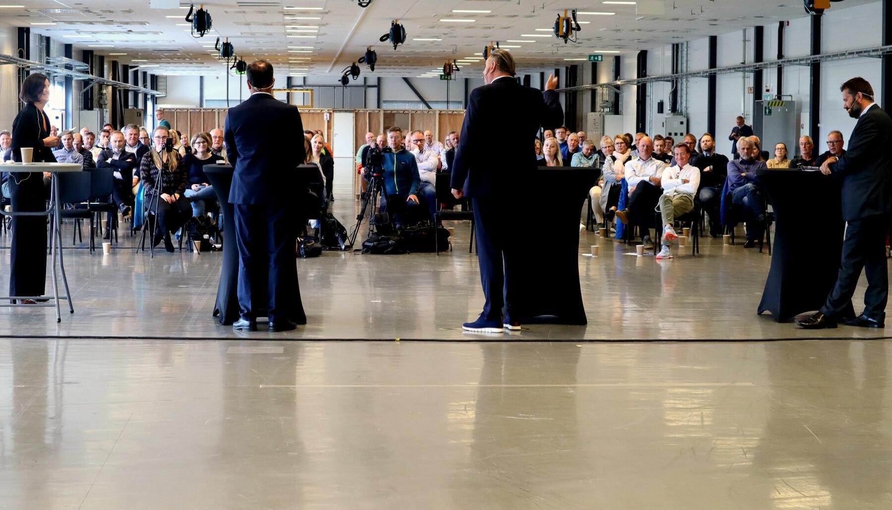 Fra venstre: NHO-rådgiver og møteleder Anita Skog, fylkesrådsleder Tomas Norvoll, Narvik-ordfører Rune Edvardsen og daglig leder Svein Erik Kristiansen i Narvikregionen Næringsforening.
