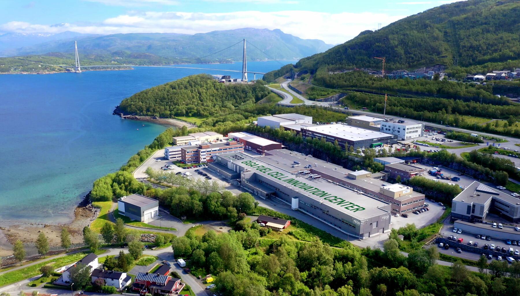 Det er denne gigantiske hallen med 15.000 kvadratmeter areal som skal bli fabrikk for brenselceller av hydrogen. Skriften på taket er (foreløpig) en illustrasjon.