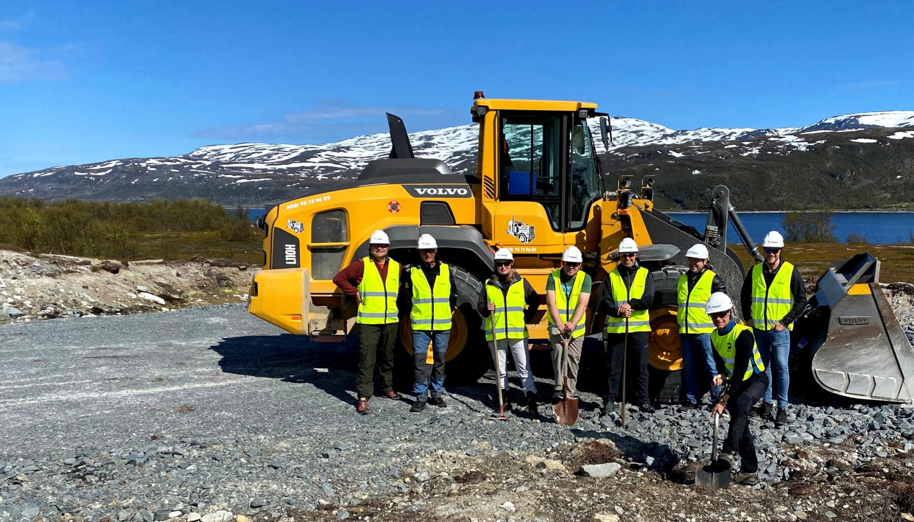 Nussir er klare for å grave gruve på Markoppneset ved Repparfjord i Finnmark. Med spaden foran: Administrerende direktør Øystein Rushfeldt.