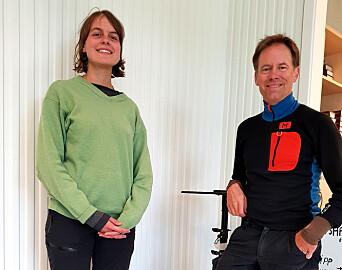 Øystein Rushfeldt får en selfie med nestleder Lea Justine Nesheim i Natur og Ungdom.
