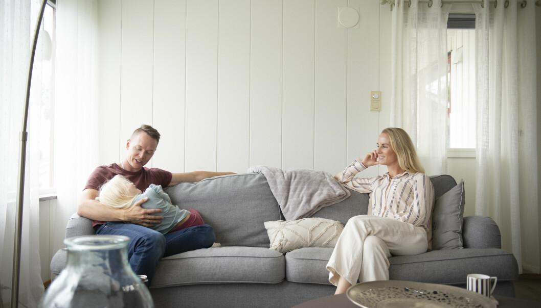 Øyvind Andersen og Astrid Willassen skulle nordover – og til slutt fant de både hustomt og midlertidig bolig. Her med datteren Mina i sofaen.