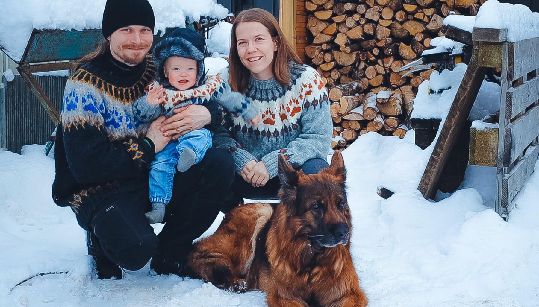 Therese Korvik Berger med mannen Jim, lille Ollie, hund – og en liten til på vei.