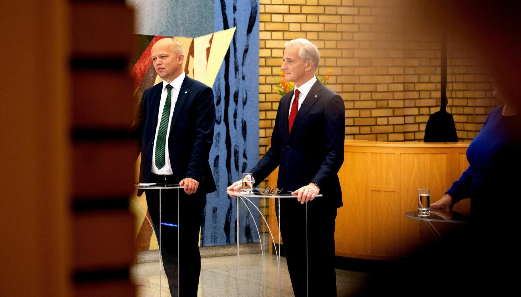 Partilederne Trygve Slagsvold Vedum (Sp) og Jonas Gahr Støre under valgnattens partiledersamtale på Stortinget.