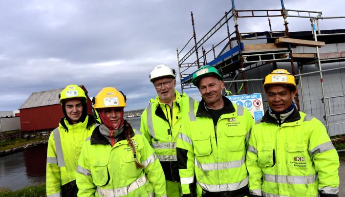 Noen av våre ansatte i arbeid med en trafostasjon på Andenes. Kaper Bjørkebo, Selina Nilsen, Ragnar Nordsveen, Jaroslaw Lyzwa og Vungh Son Thang